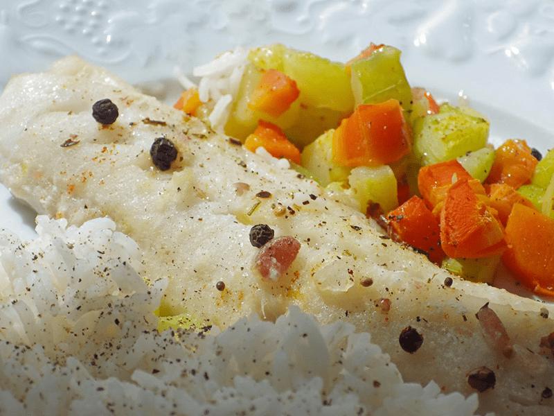 Filet de merlan accompagné de petits légumes et de riz.
