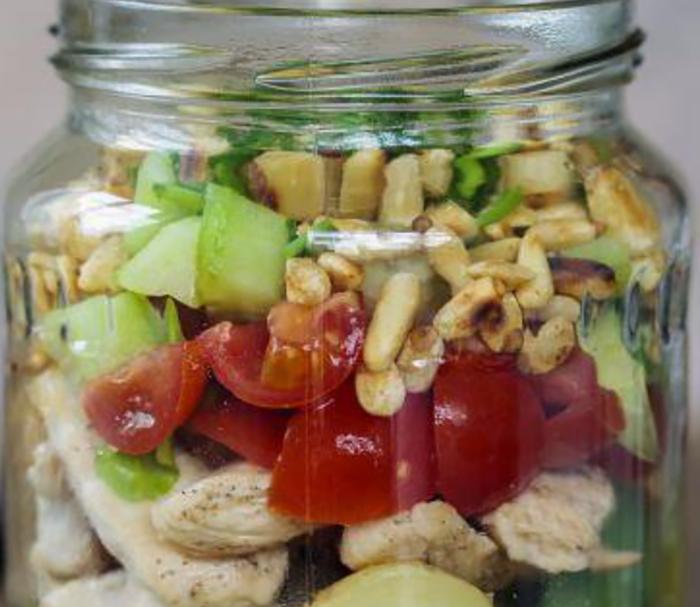 Salade au poulet, pommes de terre et tomates cerises